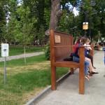 А еще есть особая скамейка - скамейка больших возможностей, о чем и сообщено на табличке